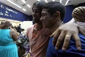 Cerimônia reconhece união estável homoafetiva de casais