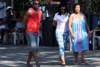 Lázaro Ramos aproveita primeiro dia do ano com a família no Rio de Janeiro