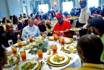 Família recebe 200 sem-teto em banquete após cancelamento do casamento da filha