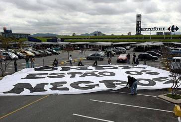 Manifestantes protestam contra racismo no Carrefour de Osasco