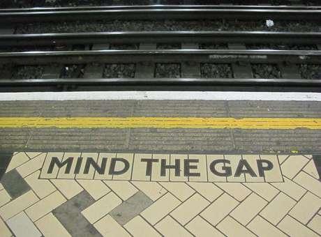 """""""Please, mind the gap!"""": o vão que me dá medo (e parece nem existir) para as pessoas, que correm por um lugar no trem Foto: Wikipédia"""