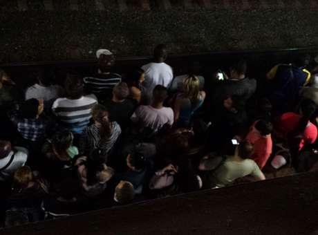 Passageiros aguardam trem na estação Luz Foto: Ana Lis Soares / Terra