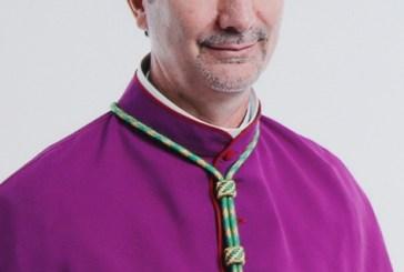 População vê racismo contra padre e protesta; bispo deixa igreja escoltado