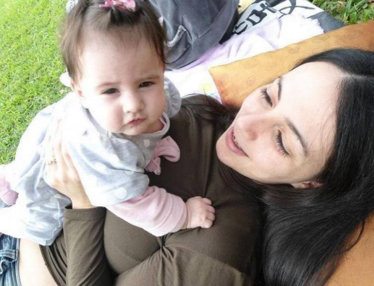 Camila e a filha, Isabella. Dor nas relações sexuais e casamento estremecido