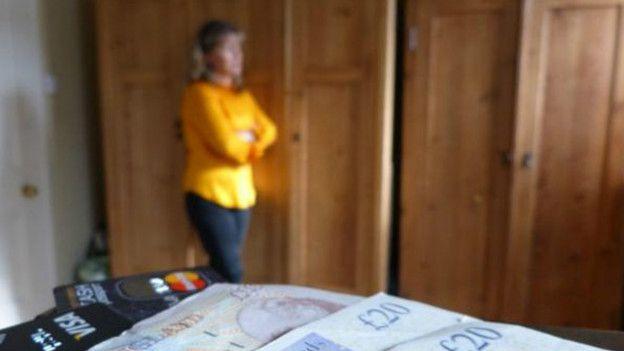 Um exemplo de abuso financeiro é um cônjuge gastar sozinho o dinheiro obtido pelo casal