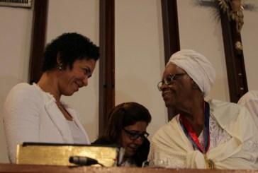 Mãe Stella recebe mais alta condecoração da Assembleia Legislativa