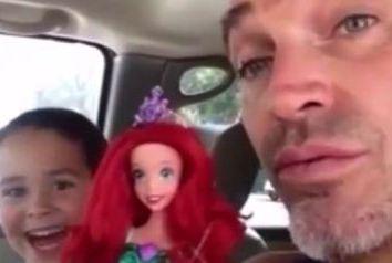 Filho pede boneca de presente e pai tem reação incrível (VÍDEO)