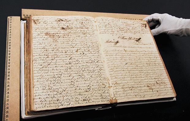 Relíquias em estado de degradação, datadas entre 1664 a 1889, ficarão a salvo no formato digital (Foto: Almiro Lopes)