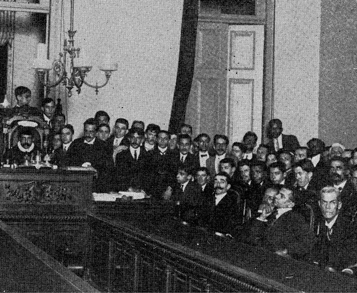 No canto inferior direito da foto, Lima Barreto, com a mão no queixo, participa do júri da chamada Primavera de Sangue, em 1910