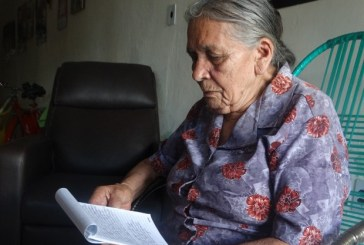 'Sou livro sem letra', diz poetisa de 86 anos ao entrar pela 1ª vez em escola