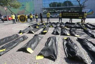 Anistia faz protesto em frente ao Comitê Rio-2016 contra violação de direitos humanos