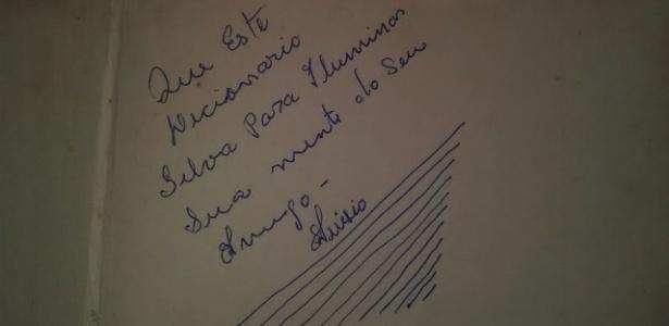 """Dedicatória do 1º livro do professor: """"Que este dicionário 'silva' para iluminar sua mente', assinada por seu amigo Anísio"""