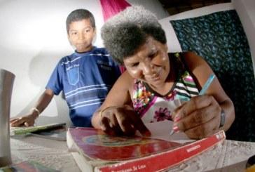 'Perdi a vergonha': aos 42 anos, catadora de lixo aprende a ler com filho de 11 anos
