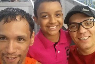João o 'menino mais feliz do mundo': conta sua história após ter sido adotado por dois pais