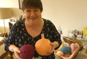 Britânicas criam seios de tricô para devolver autoestima a mulheres após câncer de mama