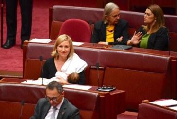 Senadora australiana amamenta durante sessão no Parlamento e gera debate sobre direito das mulheres