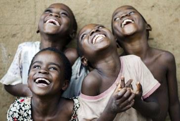 Do leste para o oeste do norte para o sul todo mundo sorri em Mama África