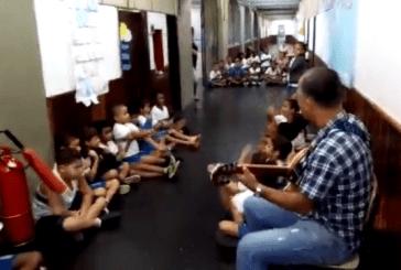 Um professor tocou violão para acalmar crianças que se escondiam de um tiroteio no RJ