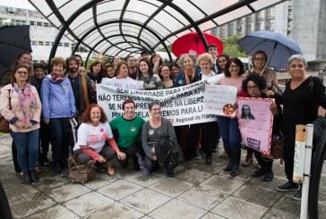 Manifestantes pedem #EscolaSemMordaça em ato de apoio à Marlene de Fáveri