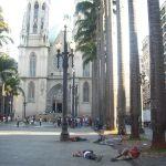 Moradores de rua em São Paulo são acordados com jatos de água fria
