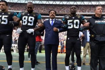 Em resposta a Trump, jogadores e até dono dos Jaguars cruzam braços e ajoelham durante hino dos EUA