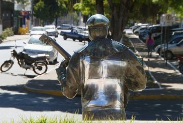 Estátua do primeiro palhaço negro do Brasil é pichada com símbolo da suástica nazista em Pará de Minas