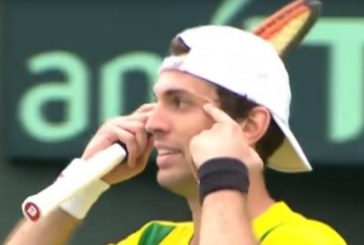 Tenista brasileiro Guilherme Clezar é multado em US$ 1,5 mil após gesto considerado racista
