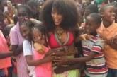 Taís Araújo e Lázaro Ramos são ovacionados por crianças em gravação em Angola