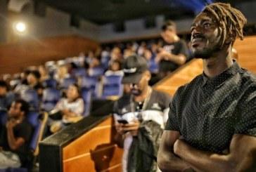 Ator Jonathan Azevedo leva cem crianças para sessão de 'Pantera Negra'