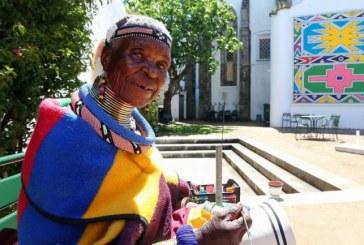 Esther Mahlangu, da tribo sul-africana Ndebele, criou um mural em Évora