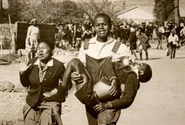 Levante de Soweto: no dia 16 de junho de 1976, dez mil estudantes tomam as ruas