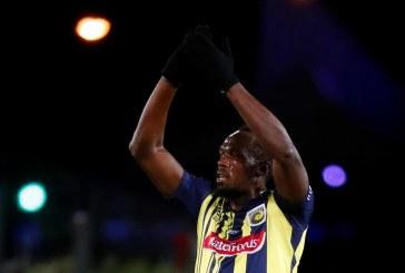 Lá vem o Raio! Usain Bolt faz sua estreia como jogador de futebol na Austrália