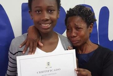 Eloá e Maria das Graças, a mãe e a filha que emocionaram a internet com foto em escola
