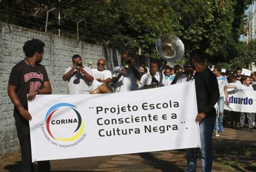 Alunos de escolas públicas fizeram passeata contra racismo até a PMU