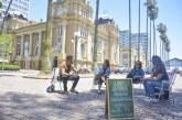 Grupo democratiza psicanálise com sessões gratuitas na praça da Alfândega