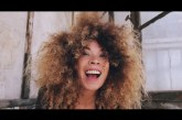 """Flavia Coelho, brasileira fenômeno na França, retoma relação com o Brasil em """"Sunshine""""; assista"""