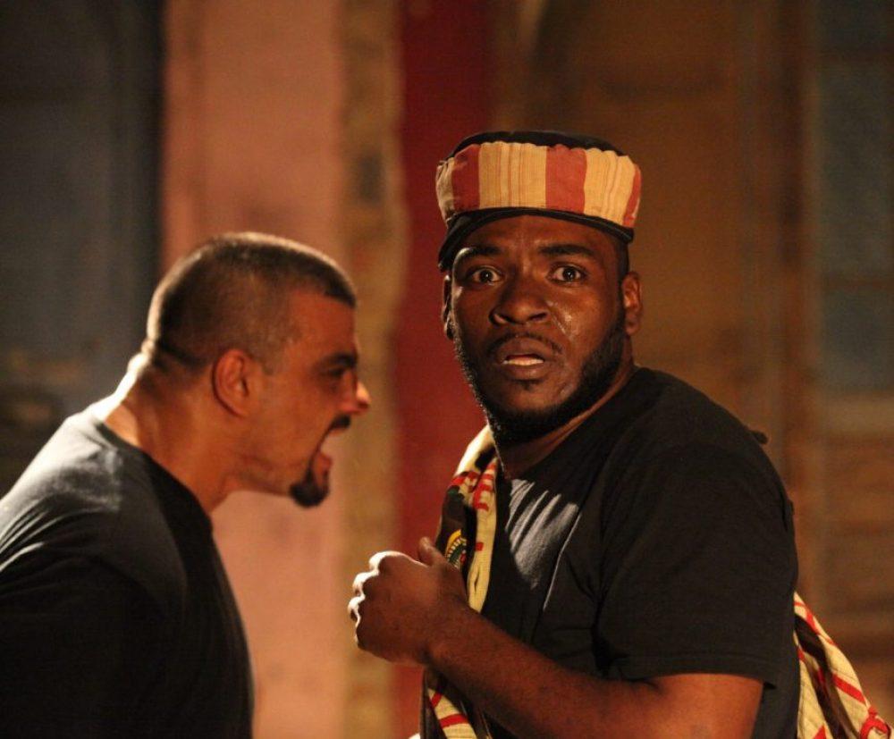 Dois atores negros em atuação