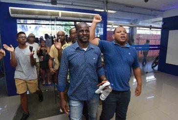 Grupo faz protesto em agência da Caixa após acusação de racismo; veja vídeo