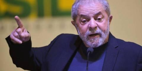 Lula, homem idoso branco, discursando