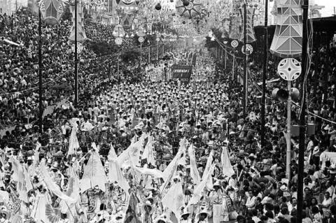 Foto em preto e branco, mostrando o desfile das escolas de antes da construção do Sambódromo