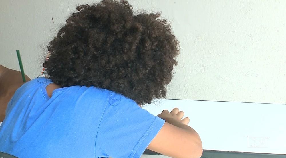 059948724 Felipe é negro e tem cabelos crespos. Pais dizem que a diretora da Escola  Profª Augusta Maria Costa Melo impediu a matrícula por ele ser  afrodescendente.
