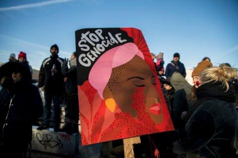 Placa erguida em uma manifestação
