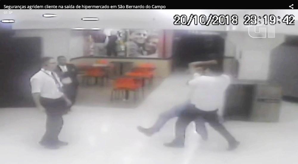 cliente sendo arrastado por seguranças no Carrefour