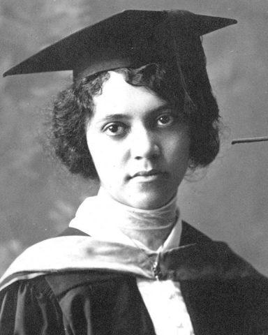 Fotografia em preto e branco de Alice Ball, mulher negra vestindo roupa de formatura.