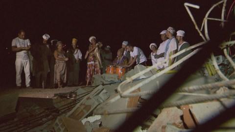 Membros da Casa do Caboclo, no Lago Norte, cantam e dançam ao redor de construção derrubada pelo DF Legal