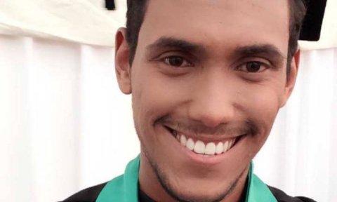 Selfie de Valdemir Ferreira Júnior, homem negro de cabelo curto, sorrindo na foto