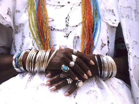 mulher negra vestindo roupas características de matrizes religiosas africanas