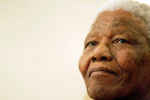 Nelson Mandela- homem idoso negro, de cabelo curto grisalho- olhando para frente