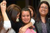 Mulher julgada duas vezes por dar à luz bebê morto é absolvida em El Salvador