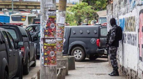 Policiais militares fazem operação na Vila do João, uma das comunidades da Maré,